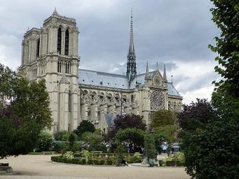 サン・ジュリアン・ル・ポーヴル教会裏側の公園から観たノートルダム大聖堂.jpg
